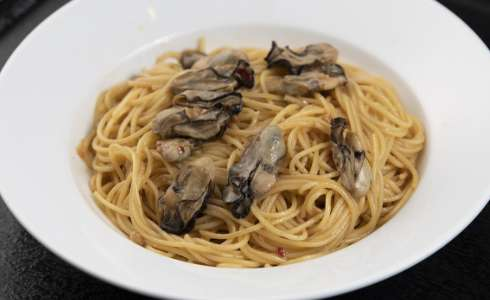 Spaghetti with peperoncino and oysters Spaghetti with garlic and chili pepper